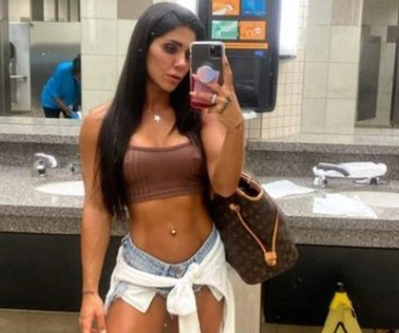 Influential Turkish bodybuilder Denise Seipinar was prevented from boarding a plane in Texas by wearing clothes (Photo: Instagram)