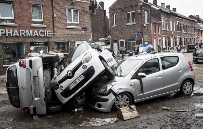On Friday, July 16, 2021, cars collided with each other following a flood in the Chan district of Lെge (Belgium).