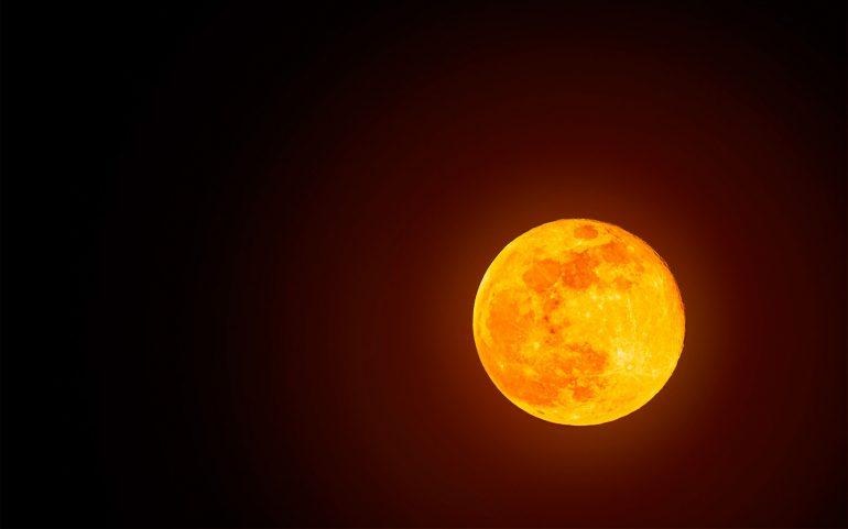 Tesla's autopilot misunderstood the moon for a yellow traffic light.  Video :: Automatic