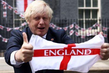 Il premier britannico Boris Johnson sventola la bandiera inglese
