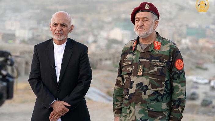 Le président afghan, Ashraf Ghani, et son ministre de la Défense, Bismillah Khan Mohammadi, samedi 14 août, à Kaboul.