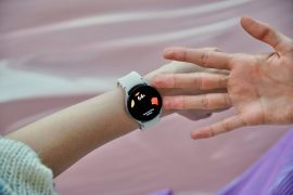 Anxiety of patients using connected watches that abuse health sensors
