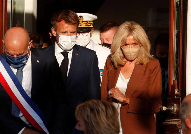 """Macron and Brigitte """"All things together, coexistence"""" - Corriere.it"""