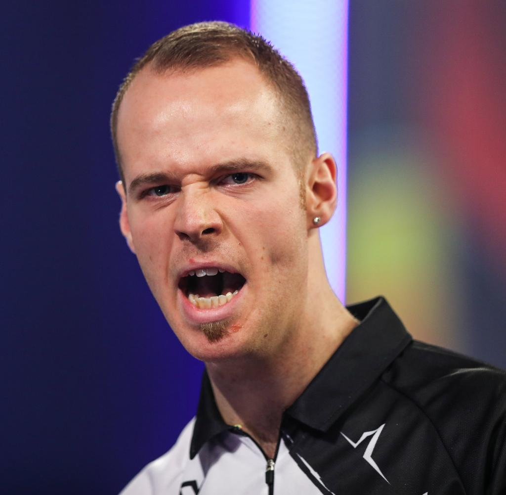 Max Hope continues to struggle with his weak form, but uses Germany's first competitive dart
