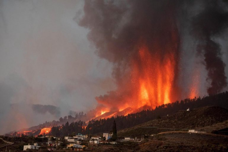 """A volcano erupts in the Canary Islands and Goo conspiracy counsel YouTuber goes wild: """"According to the Bible ..."""""""