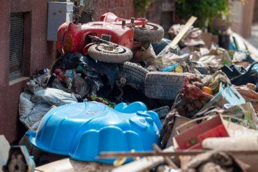 Berge von zerstörtem Mobiliar und Elektroschrott in Trier. Foto: Harald Tittel/dpa Foto: dpa