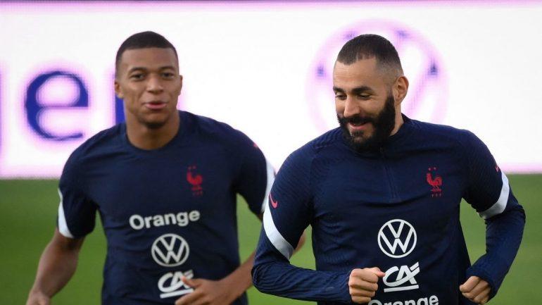 Kylian Mbappe (l) spricht während einer Trainingseinheit mit Karim Benzema. Mit der französischen Nationalmannschaft geht es heute in der WM-Quali 2022 gegen Bosnien-Herzegowina.