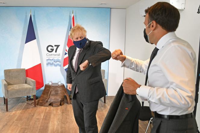 British Prime Minister Boris Johnson and French President Emmanuel Macron on June 12, 2021 in Corbis Bay (United Kingdom).