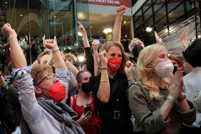 SPD supporters congratulated their party on its victory in the September 26, 2021 parliamentary elections in Berlin.