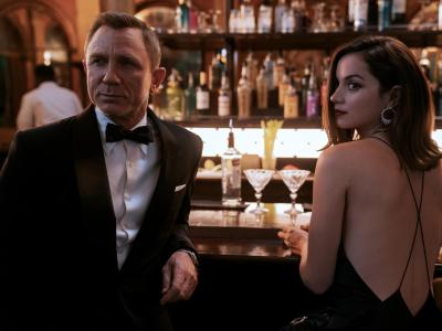 """In one scene in the film, Daniel Craig as James Bond and Ana de Armas as Paloma """"James Bond 007 - No time to die"""".  Photo: Nicola Dove / Universal Pictures / dpa"""