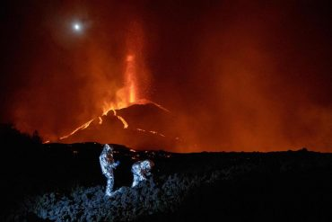 Mysterious disappearance of dogs surrounded by still active volcanic lava