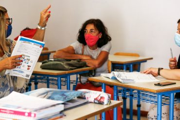 """Salary is stable (definitely declining) and lowest in Europe: Italian teachers demand renewal of contract.  """"We can not wait any longer"""""""