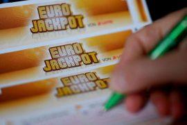 Der Eurojackpot in Höhe von rund 33 Millionen Euro ging diesmal nach Niedersachsen. Foto: Monika Skolimowska/dpa-Zentralbild/dpa Foto: dpa